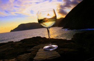 7 Mouthwatering Go-to White Wine Blends for Summer